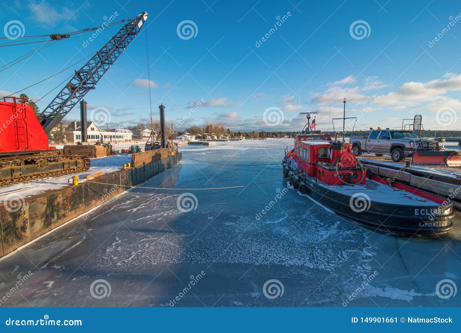 在马德琳海岛上的冷的冻冬天船坞在苏必利尔湖畔的威斯康辛北部