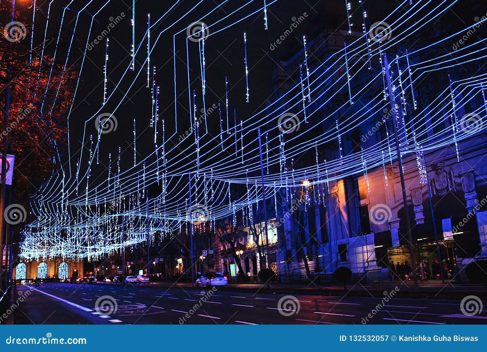 在马德里,西班牙街道的蓝色圣诞灯