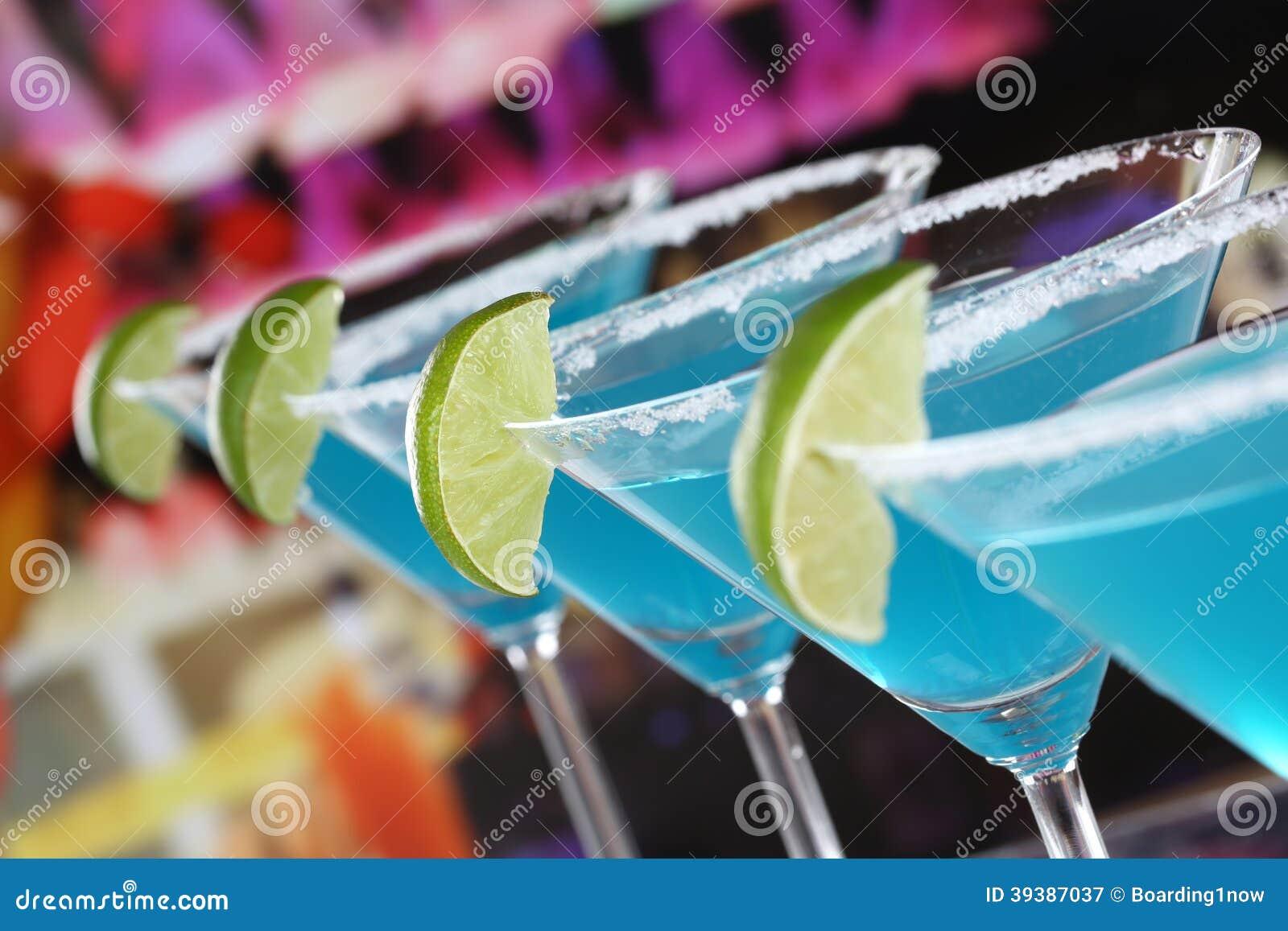在马蒂尼鸡尾酒玻璃的蓝色库拉索岛鸡尾酒在酒吧