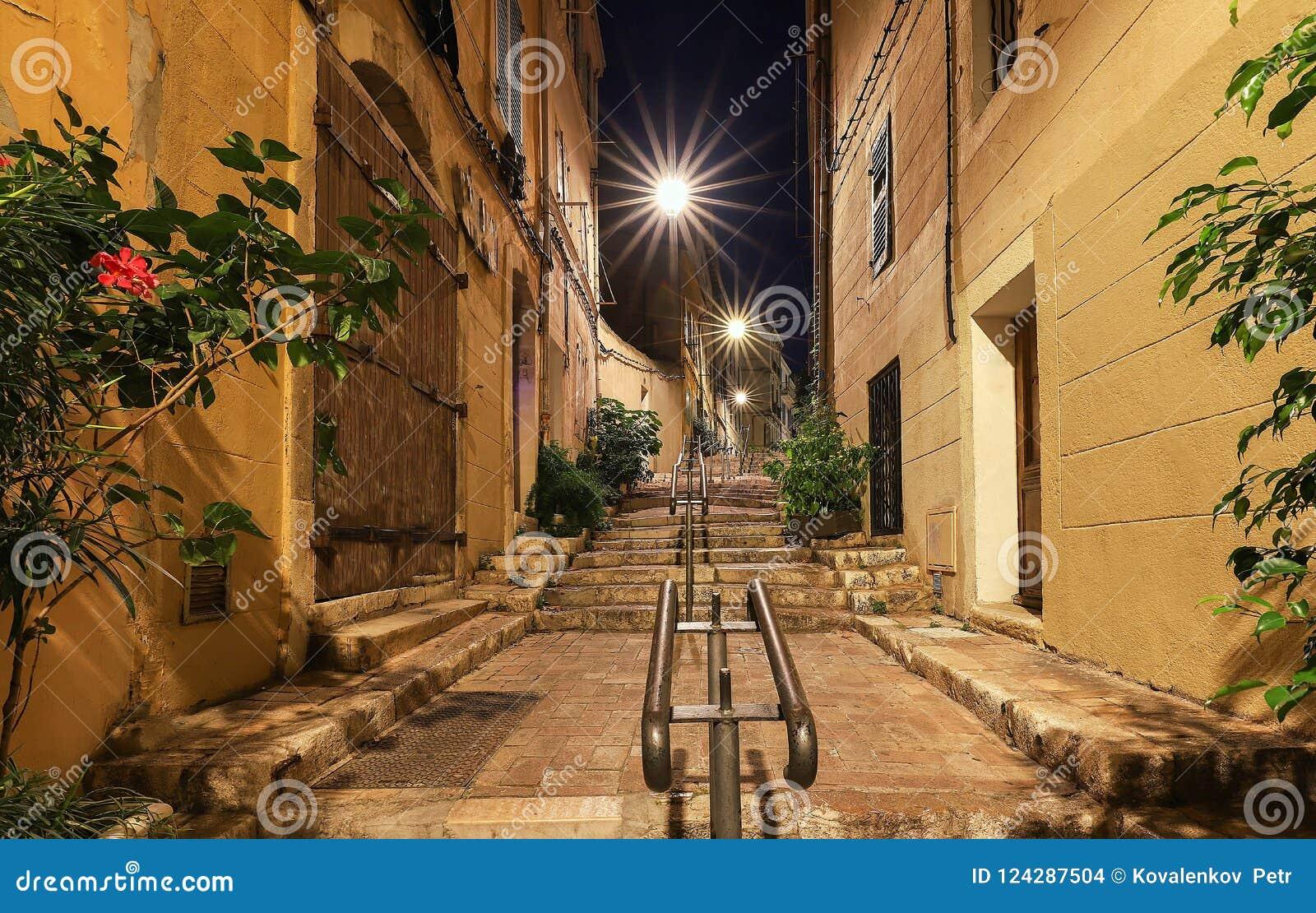 在马赛历史的四分之一Panier的老楼梯在南法国在晚上