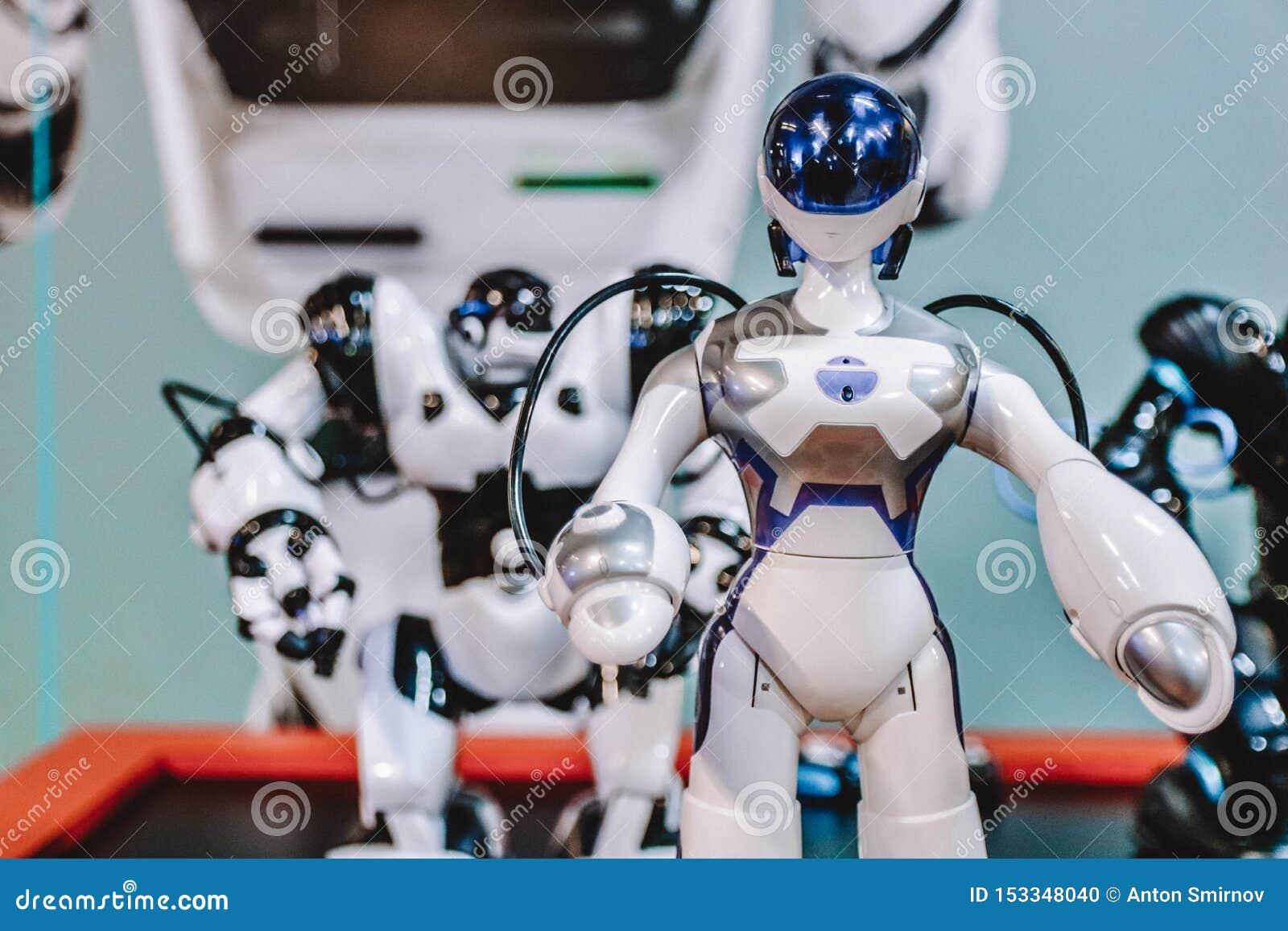 在高技术陈列的小有人的特点的机器人 高科技概念