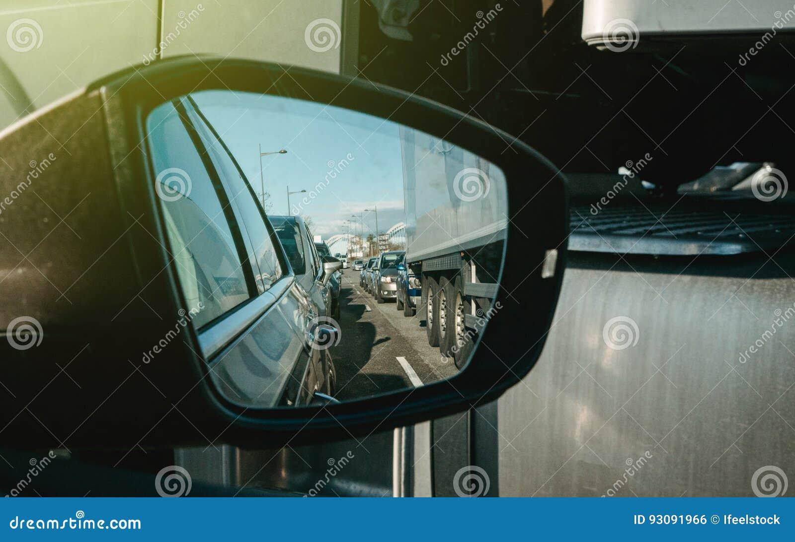 在高速公路后视镜观点的繁忙运输
