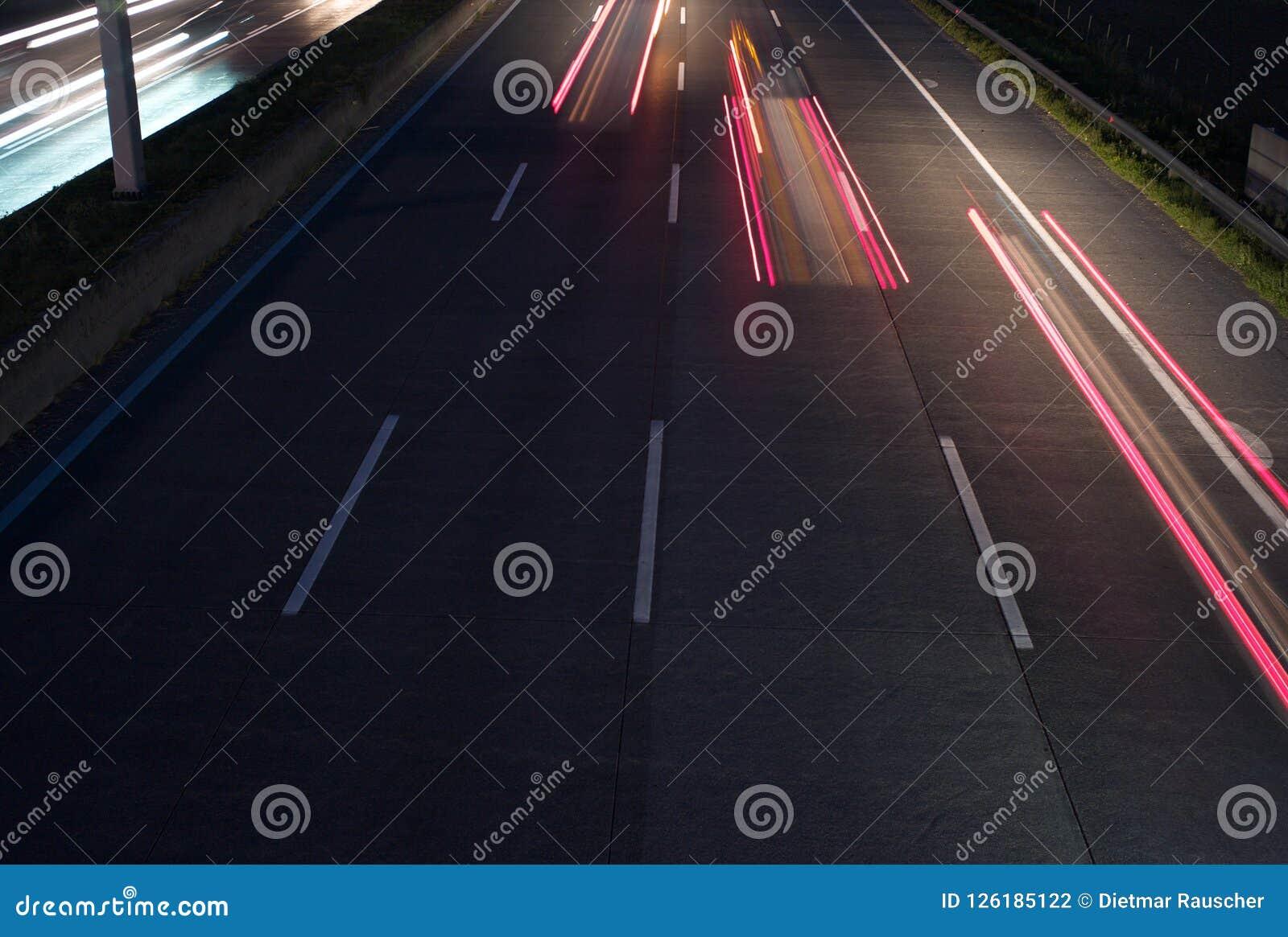 在高速公路的三个红色尾灯