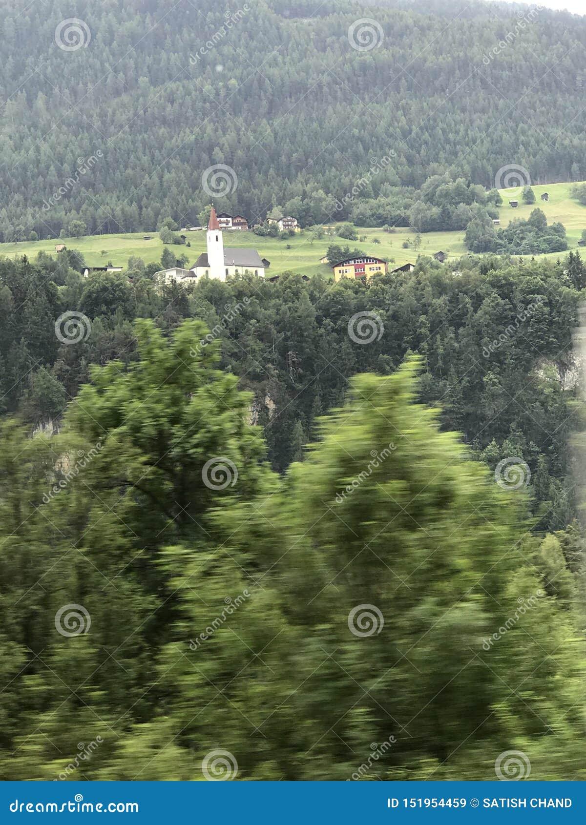 在高速公路站点的美好的图片奥地利在ITELY的瑞士之间
