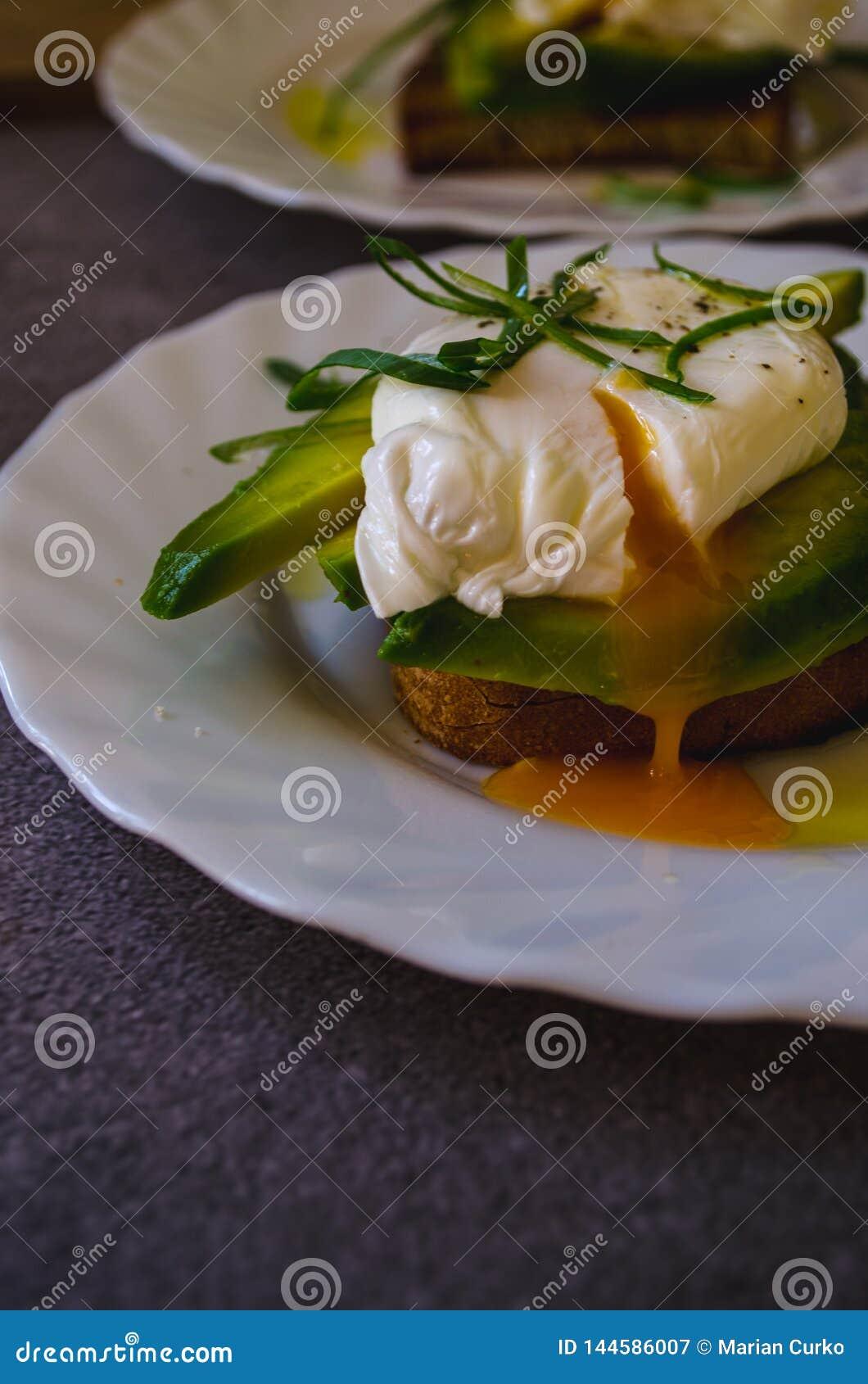 在鲕梨多士的Pached鸡蛋