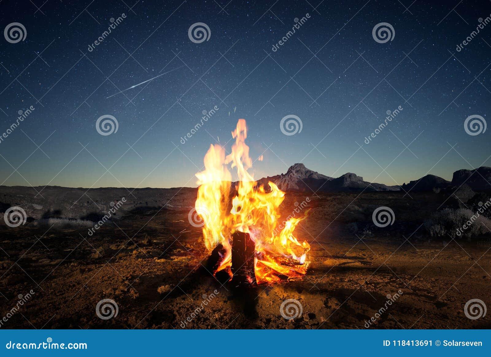 在黄昏的夏令营火