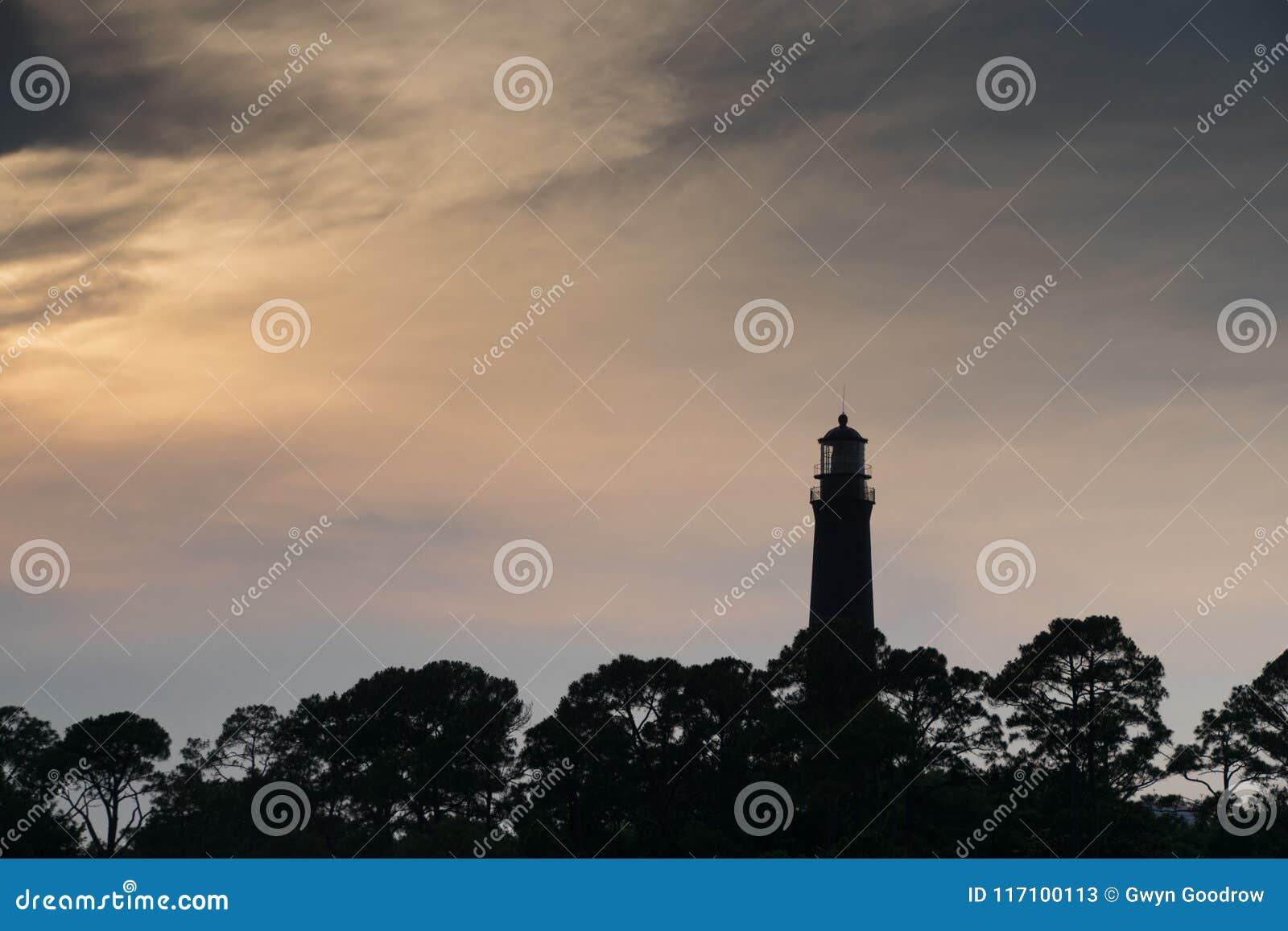 在黄昏的彭萨科拉灯塔与生动的天空