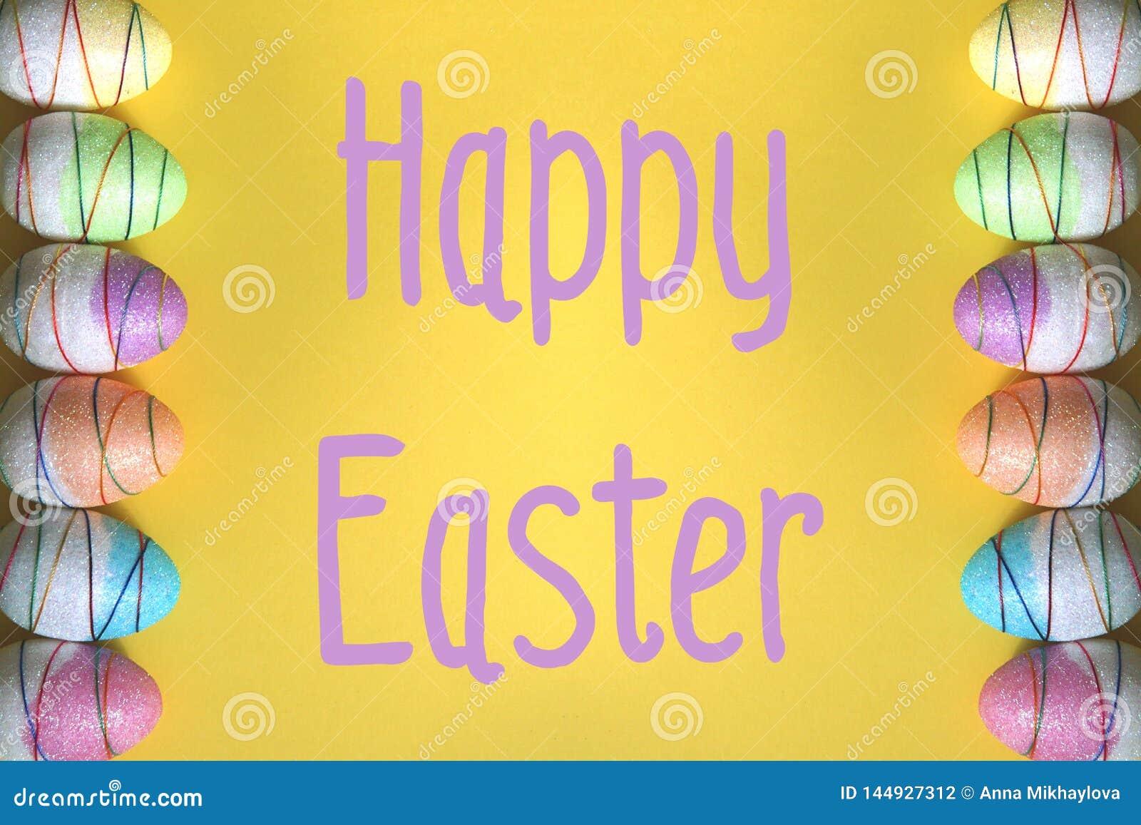 在黄色背景的复活节彩蛋