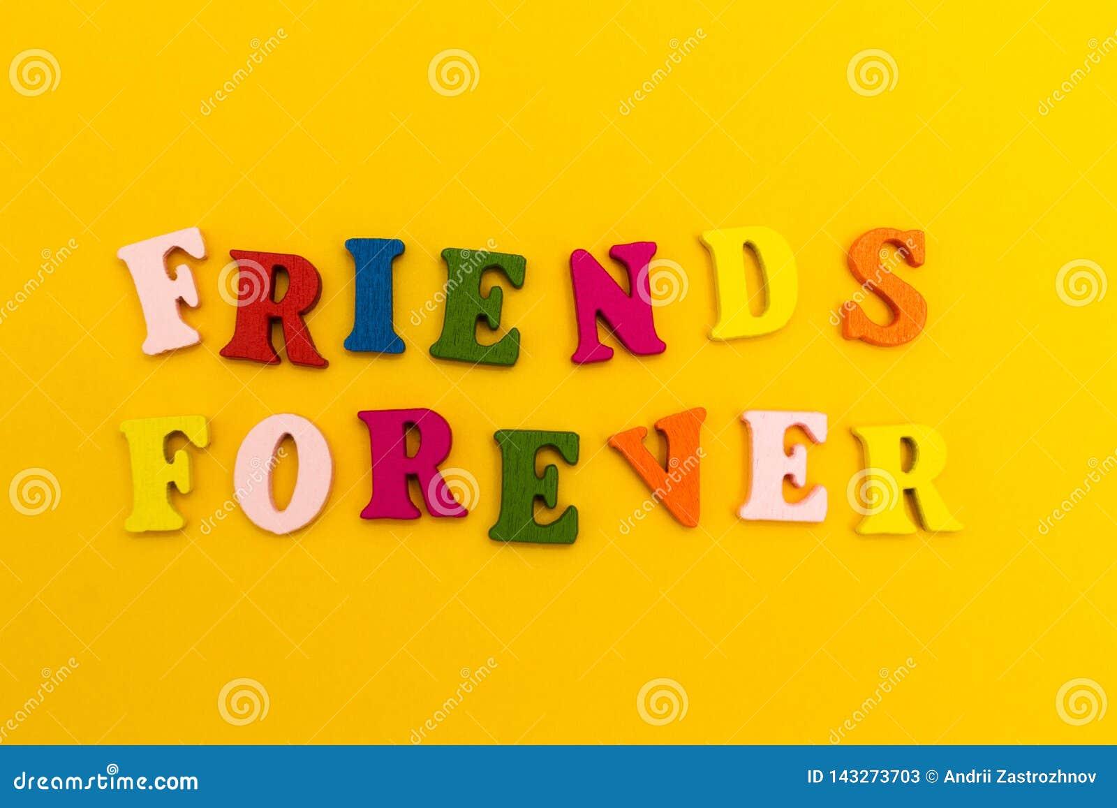 在黄色背景的多彩多姿的信件 永远朋友