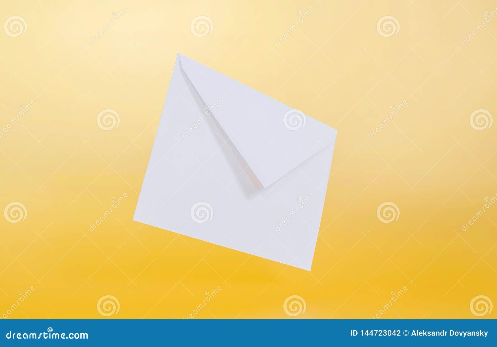 在黄色背景的空的纸信封