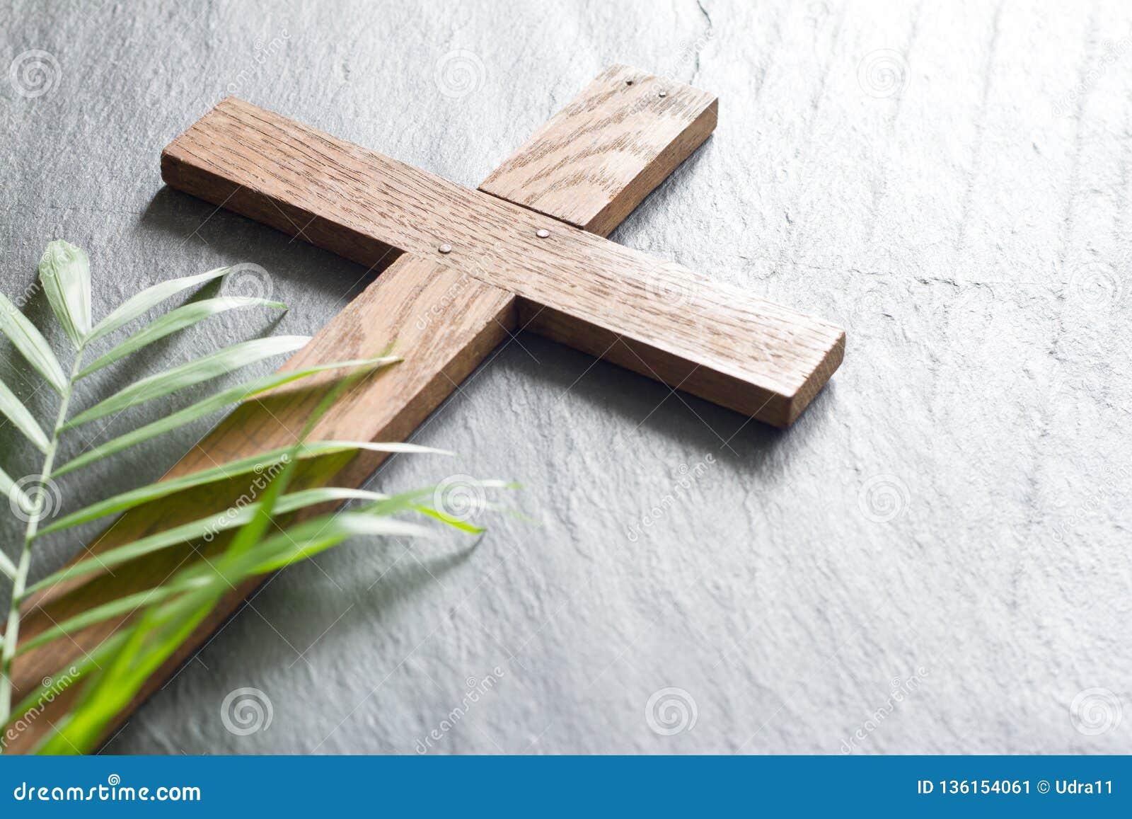 在黑大理石背景宗教摘要棕枝全日概念的复活节木十字架