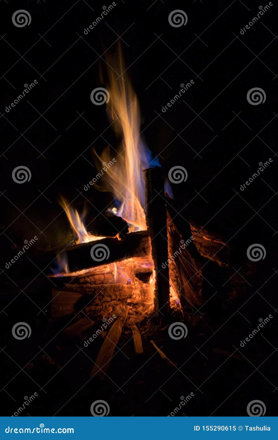 在黑暗的篝火火焰