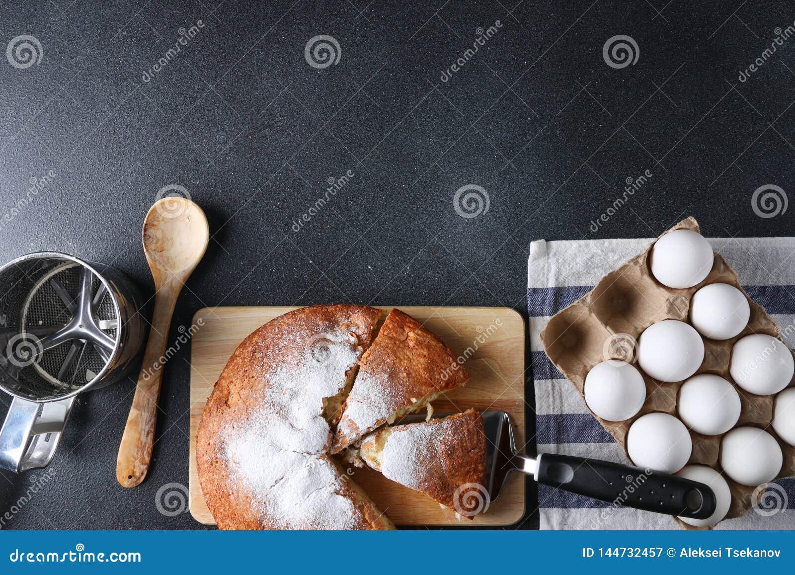 在黑暗的背景的被切的饼顶视图与成份
