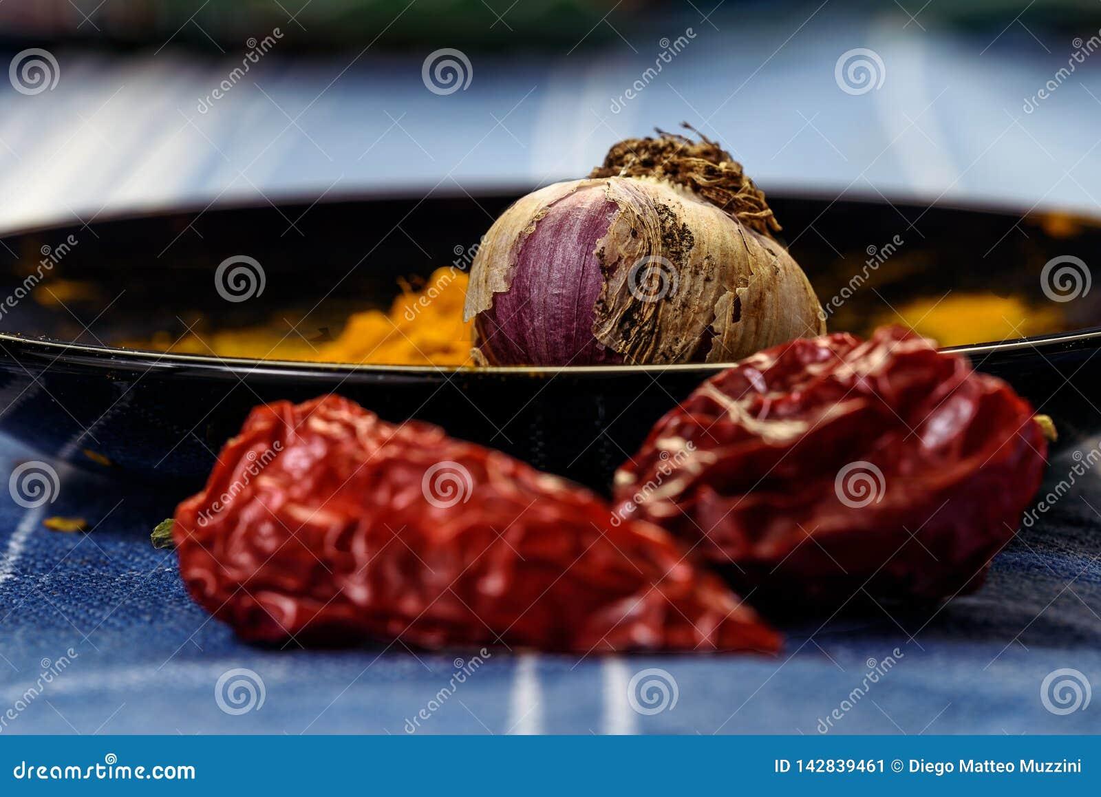 在黑盘的大蒜