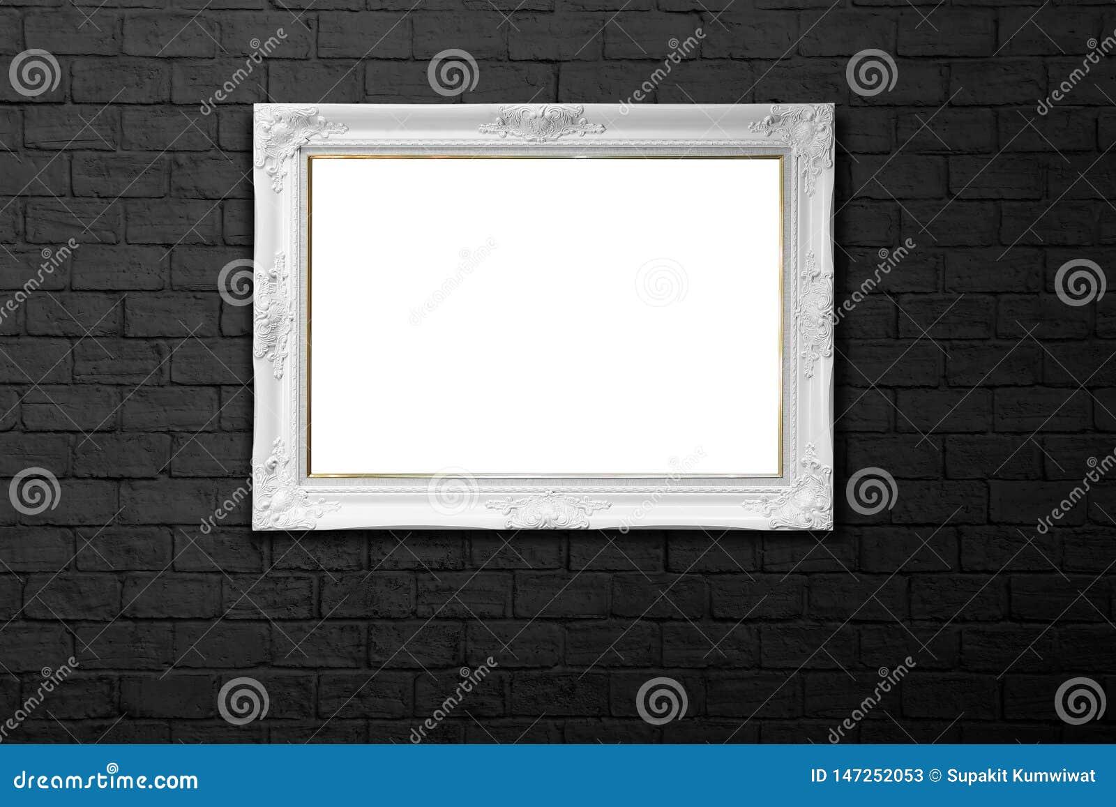 在黑砖墙上的白色框架