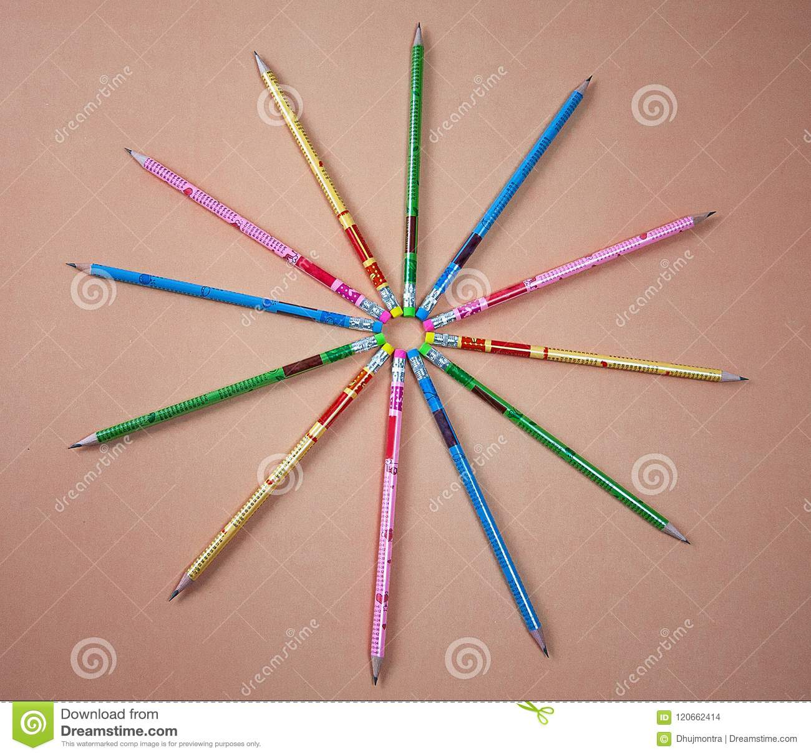 在黑背景的五颜六色的石墨铅笔