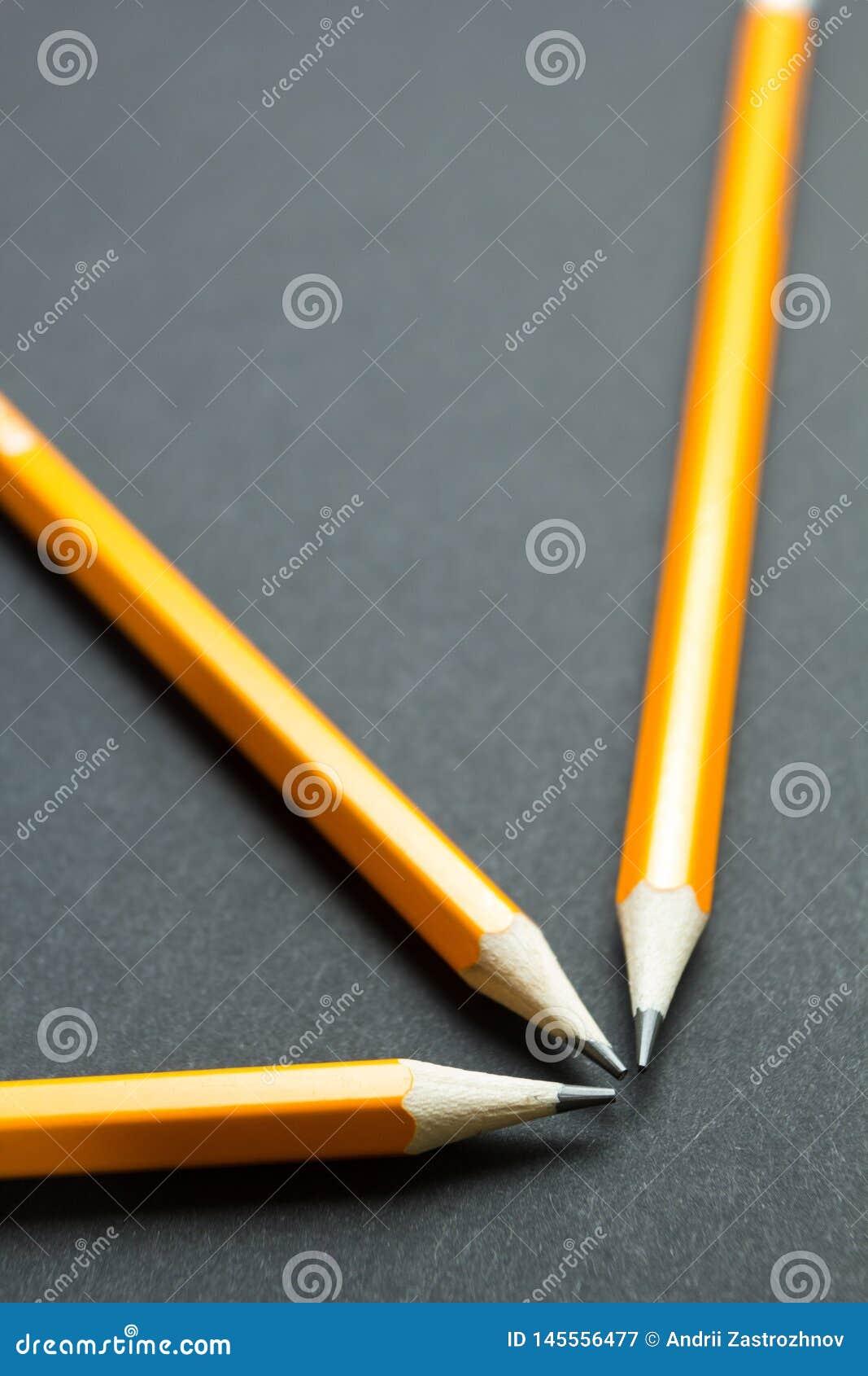 在黑背景的工程学铅笔,垂直