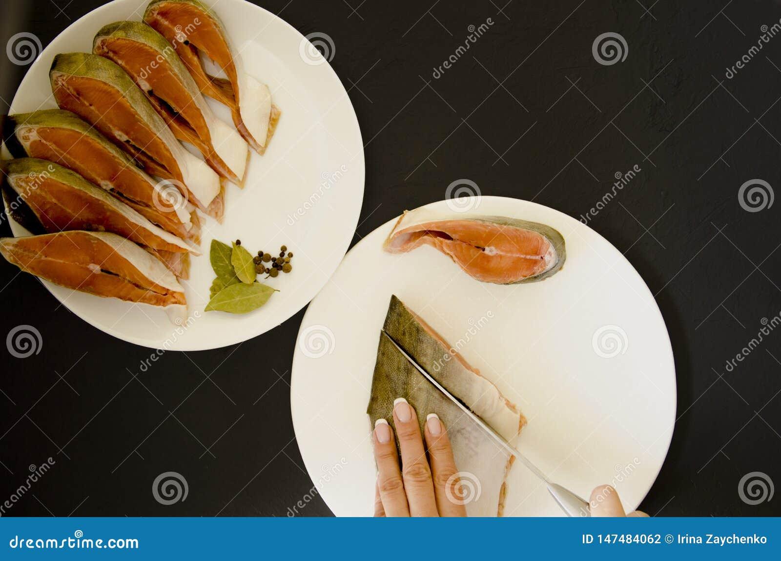 在黑背景的未加工的三文鱼鱼片