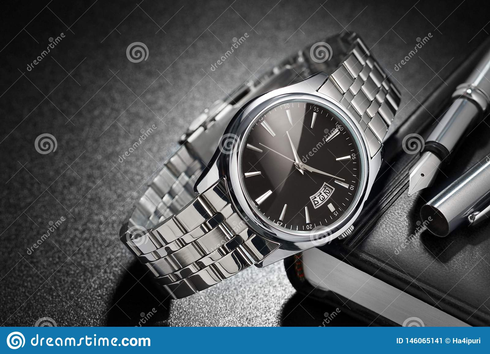 在黑背景的钢手表