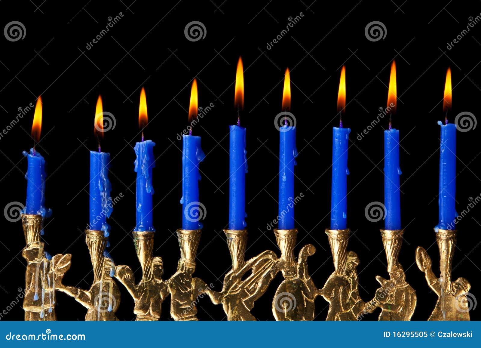 在黑色背景的光明节蜡烛