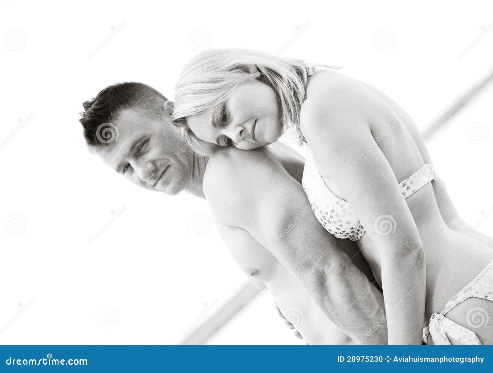 在黑色&白色的有吸引力的夫妇