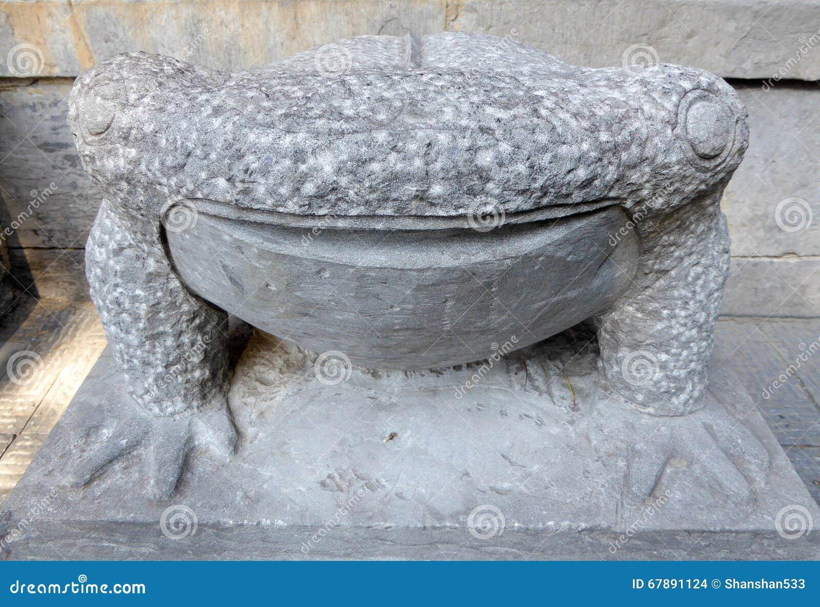 在龙门石窟里面的青蛙雕象