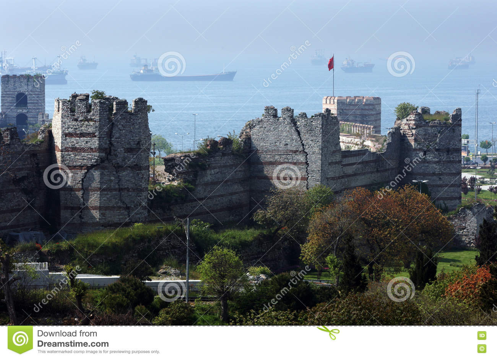在4世纪末期间和塔的BC被建造的部分伟大的城市墙壁在伊斯坦布尔附近在土耳其