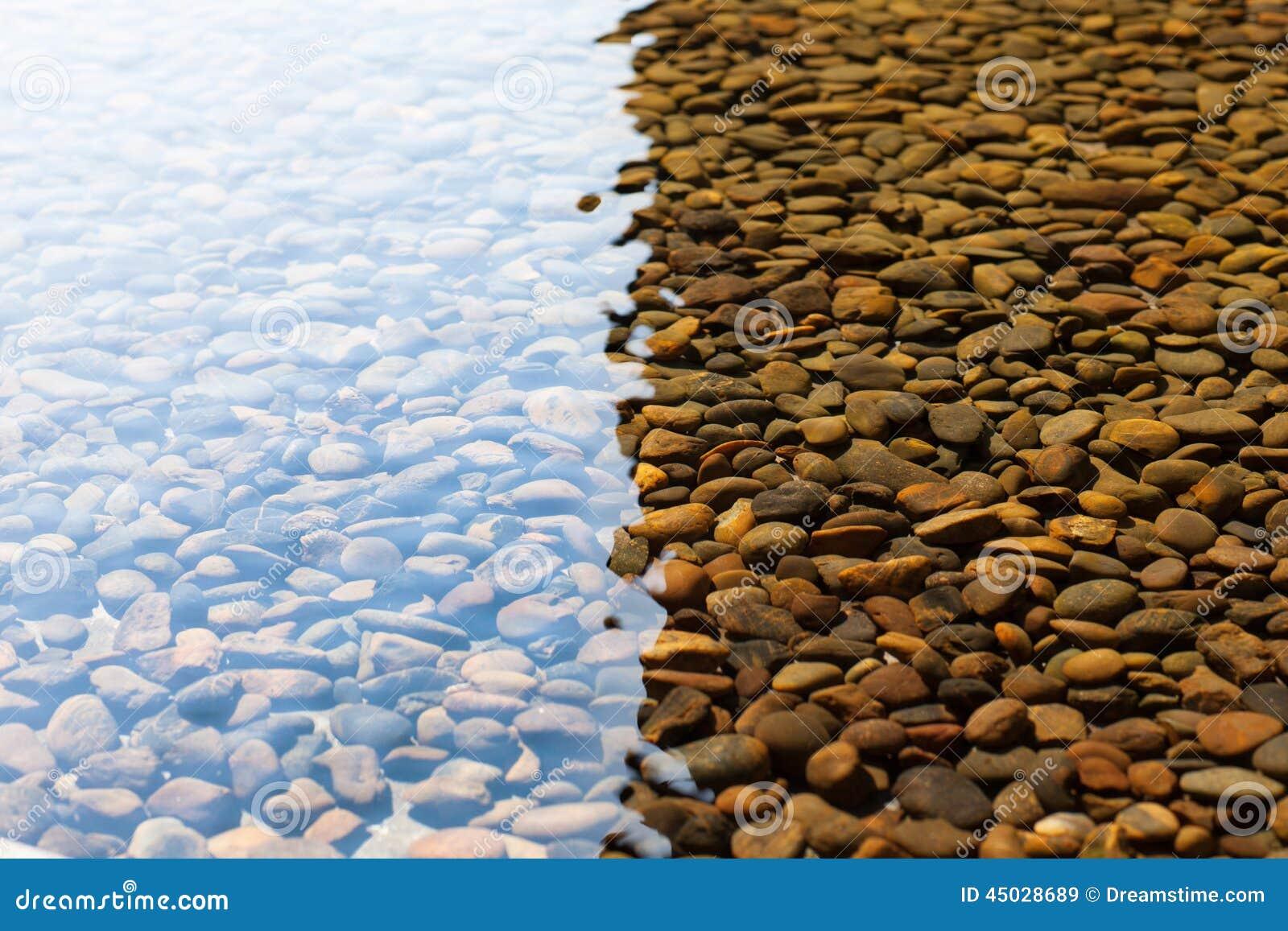 在水之下的小卵石