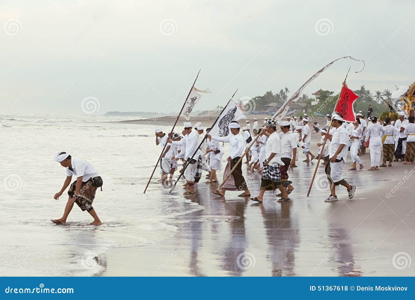 在洗净期间Melasti每年仪式的巴厘语人
