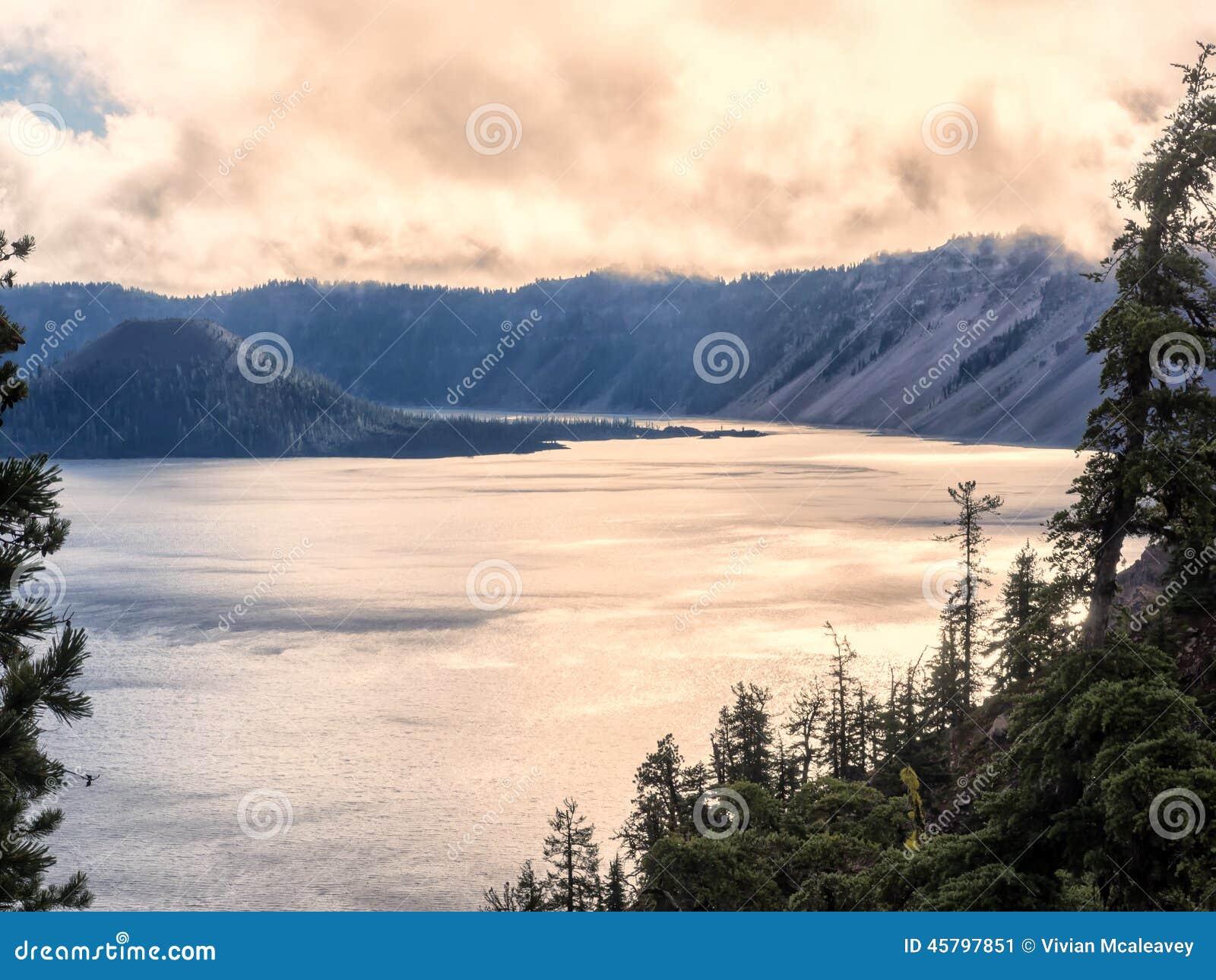 在水反射的日落在Crater湖