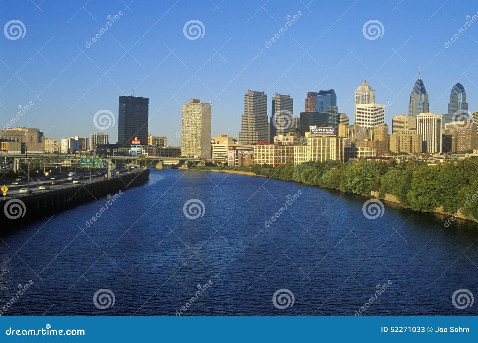 在费城地平线从Schuylkill河, PA的日落