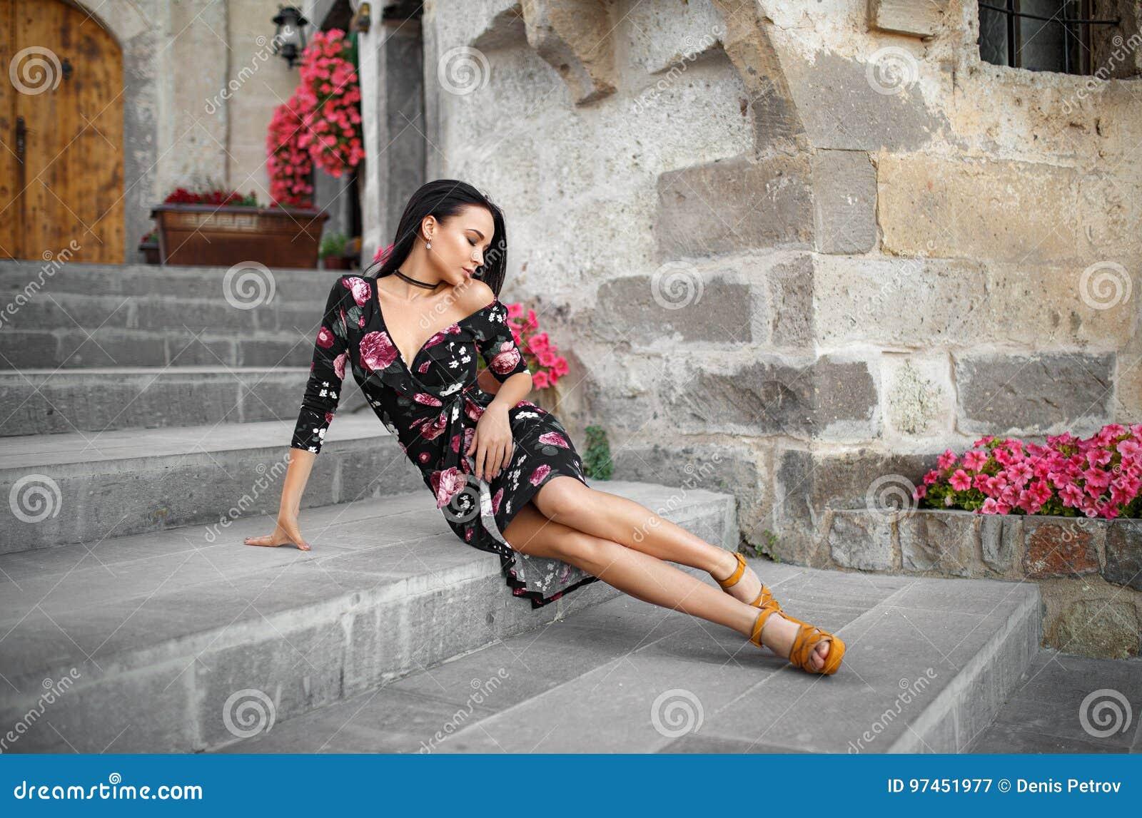 在巴塞罗那街道的美丽的妇女画象