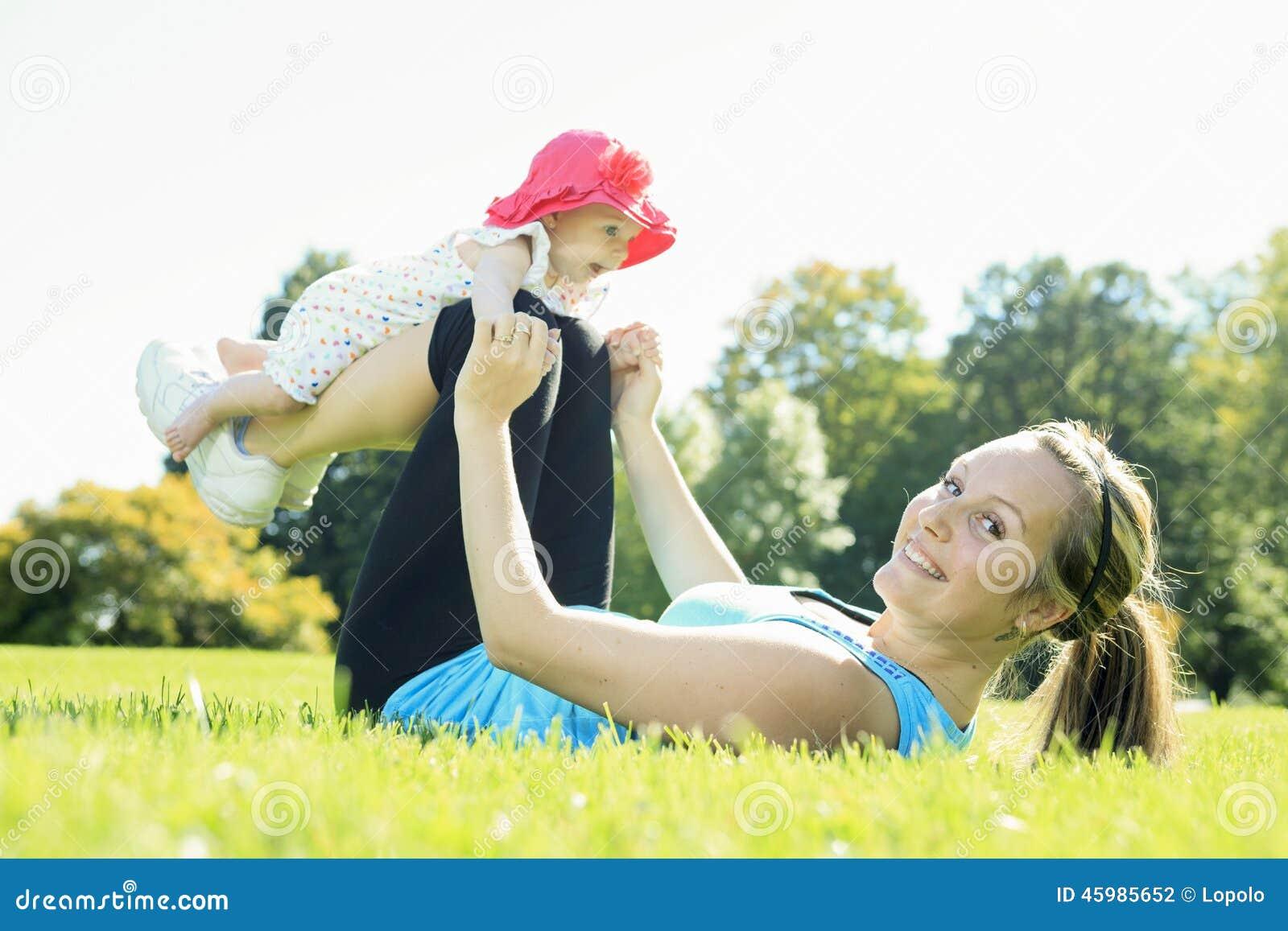 在婴孩之外的体育妇女