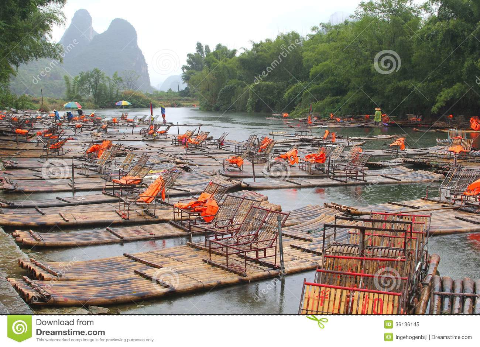 在兴平和阳朔中国之间的竹木筏