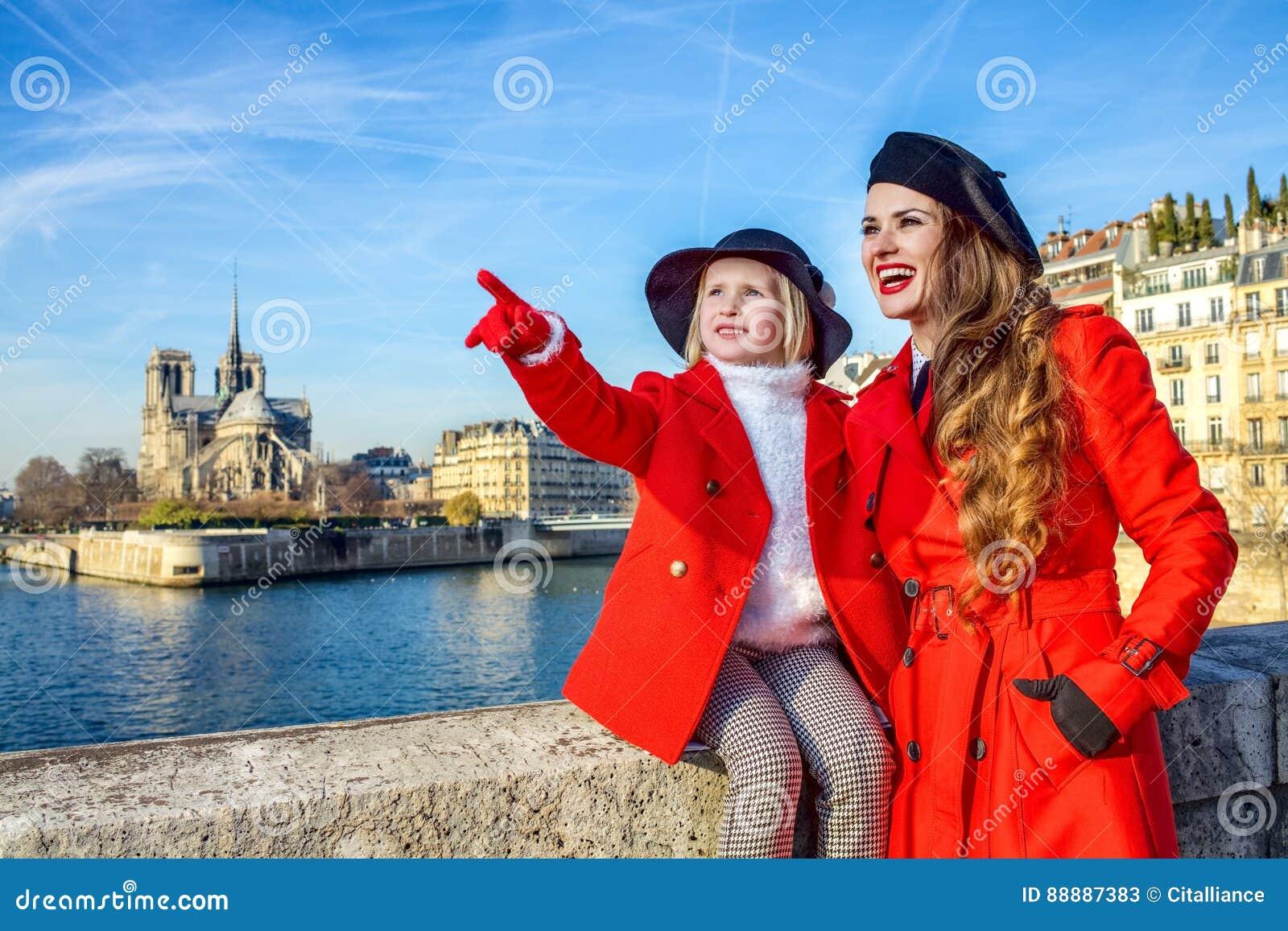 在巴黎指向某事的母亲和女儿旅行家