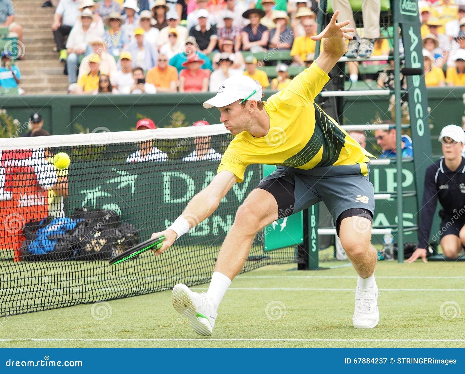 在戴维斯杯双期间对,澳大利亚网球员约翰凝视 美国