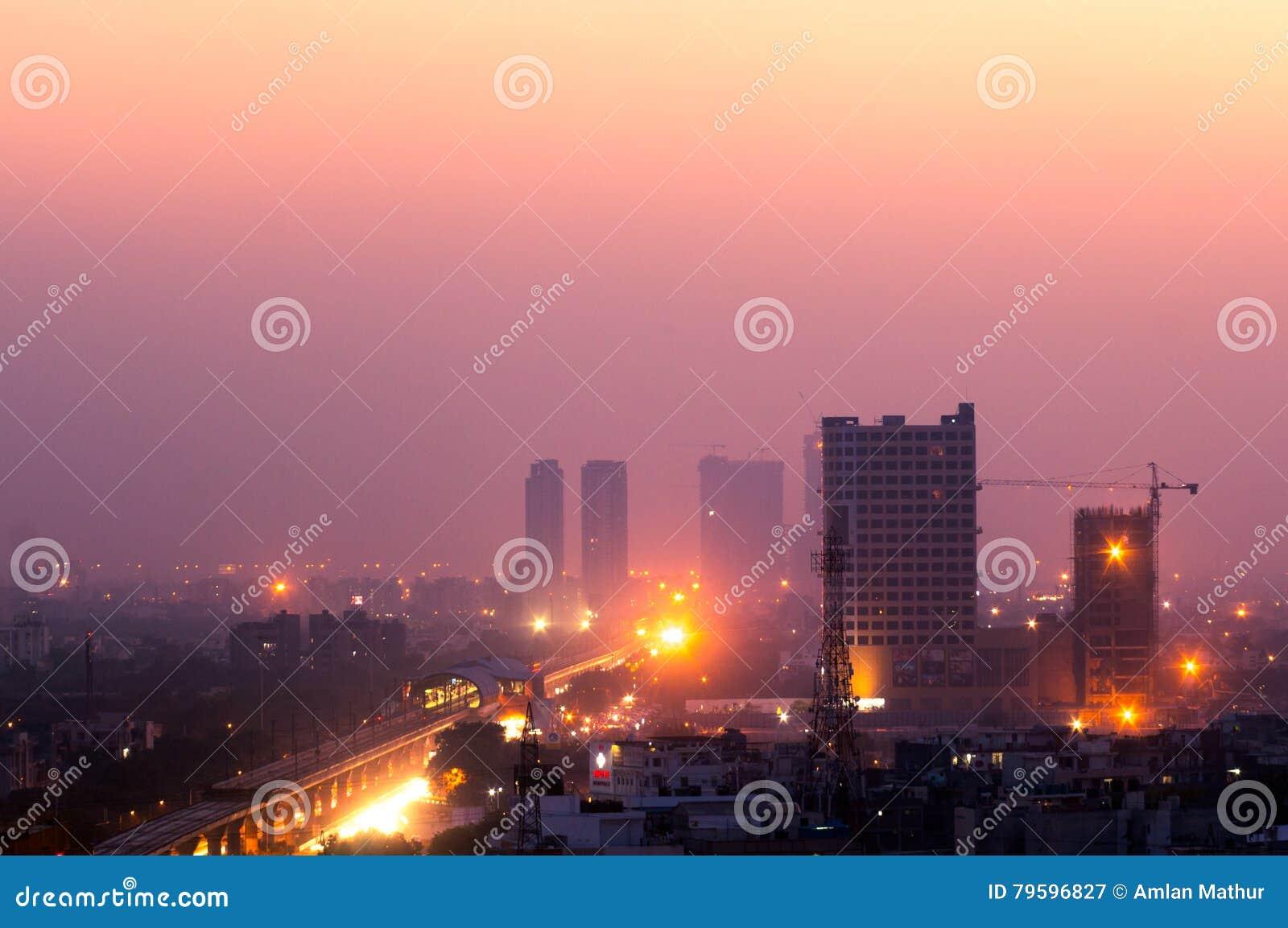 在黄昏的大厦在诺伊达印度