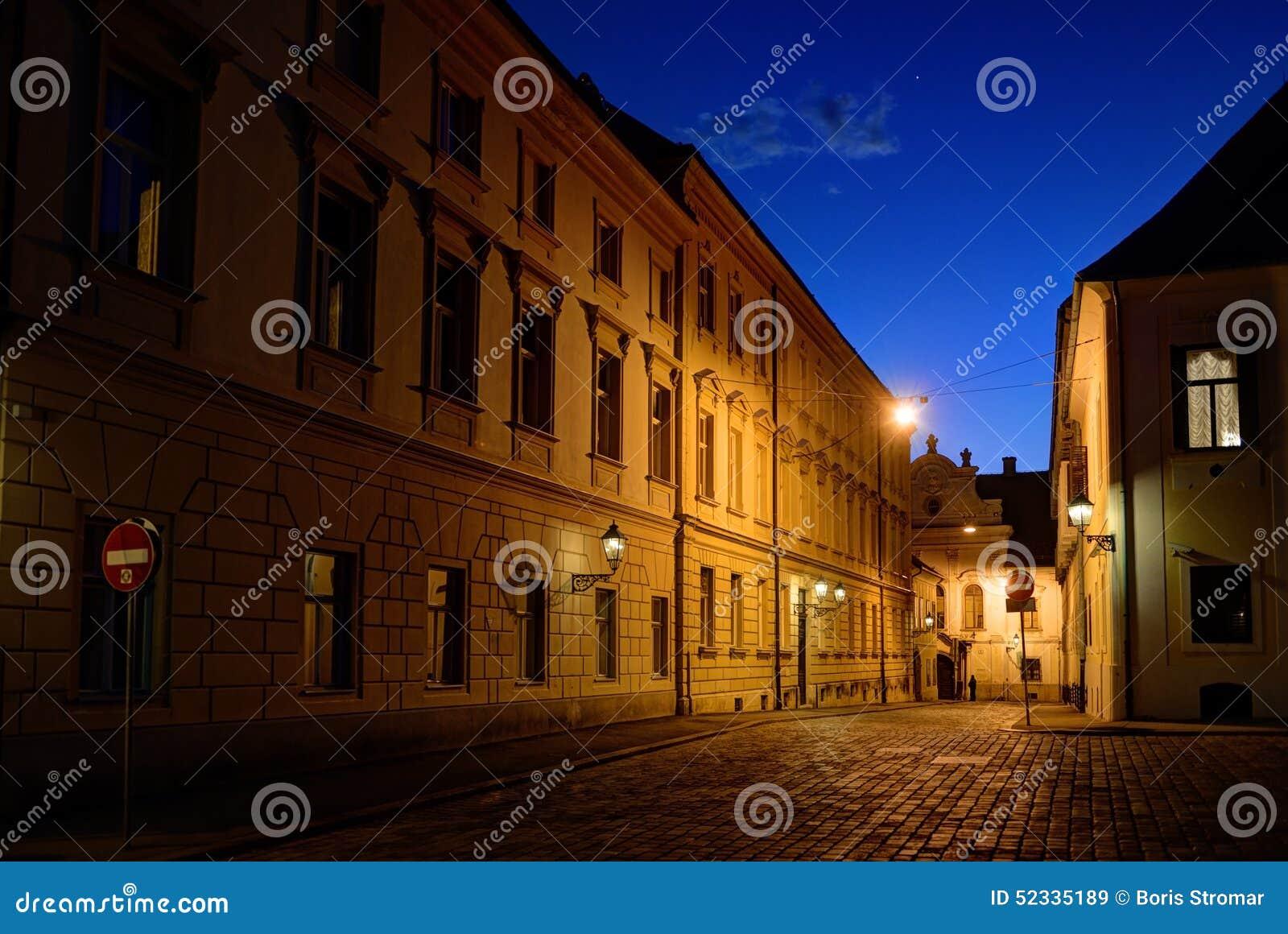 在黄昏的萨格勒布上部镇鹅卵石街道