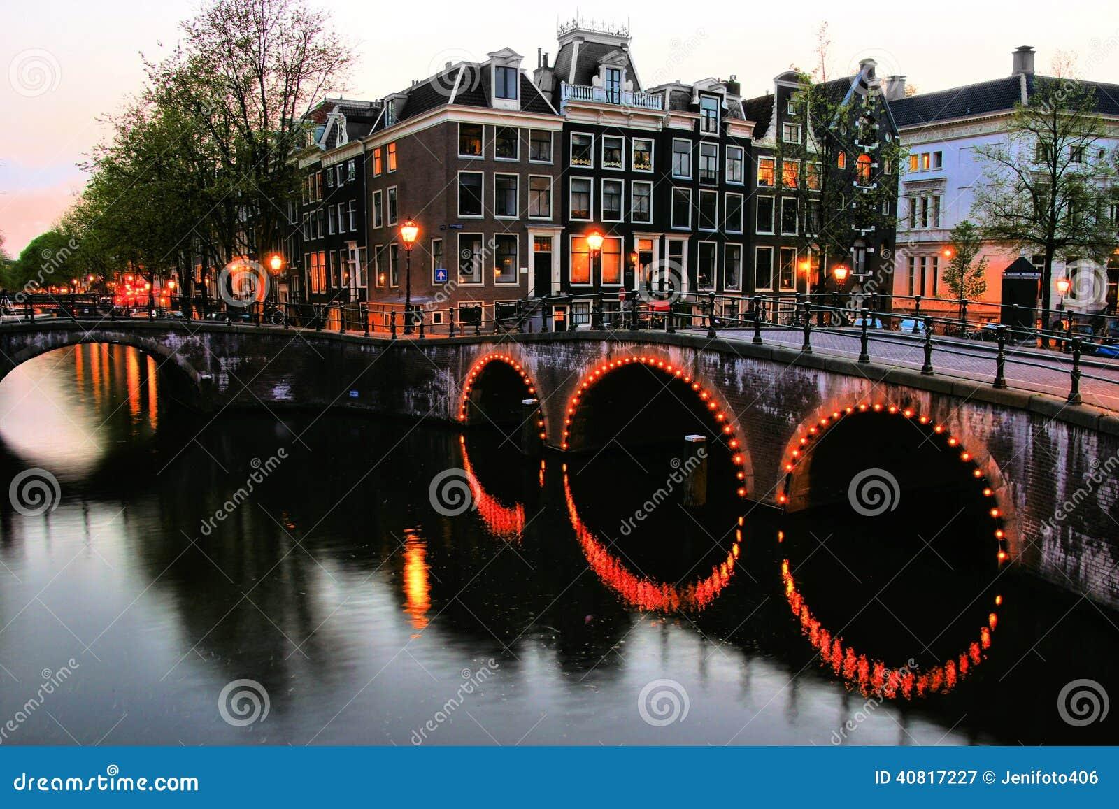 在黄昏的阿姆斯特丹运河