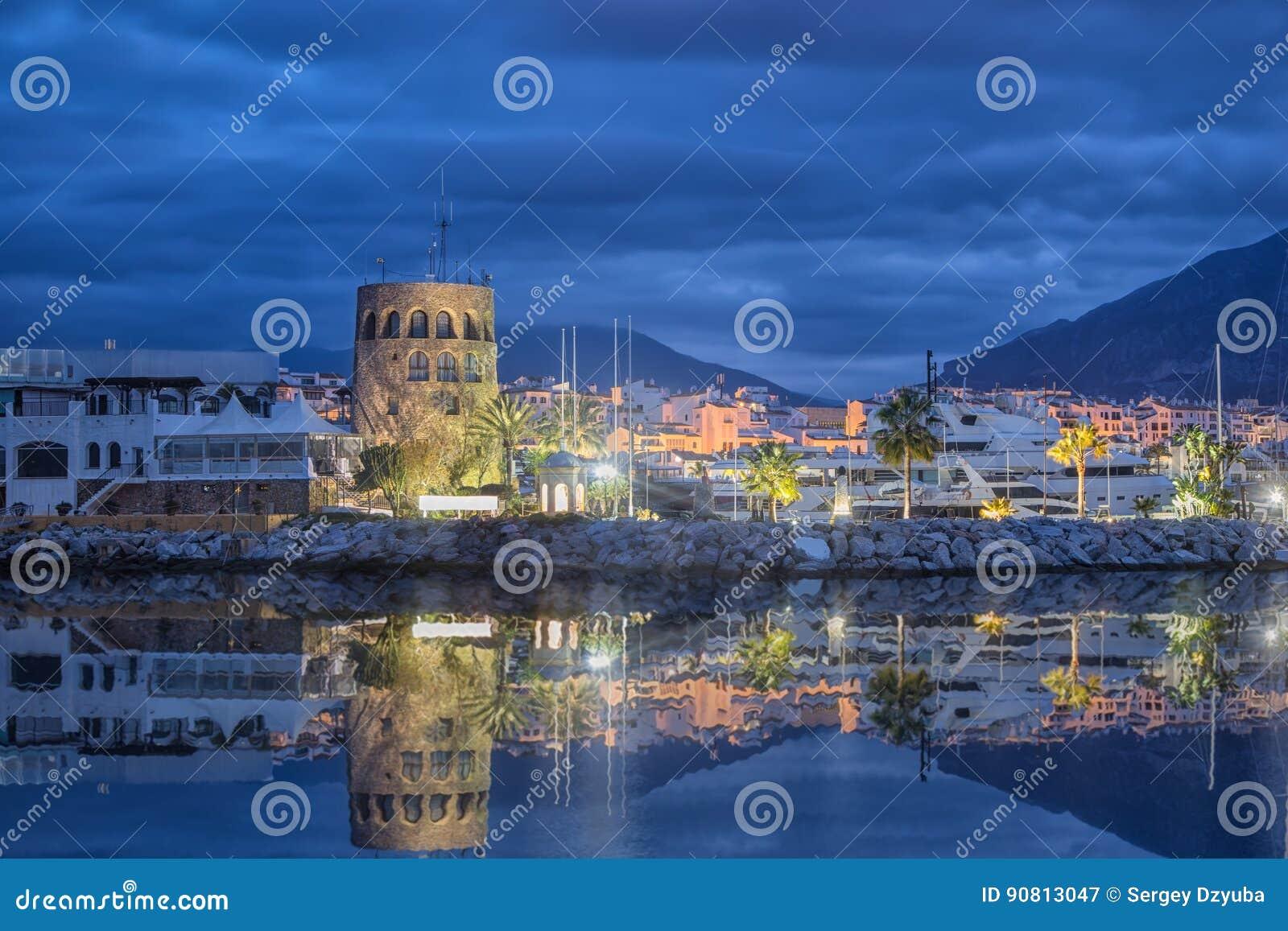 在黄昏的Puerto Banus在马尔韦利亚