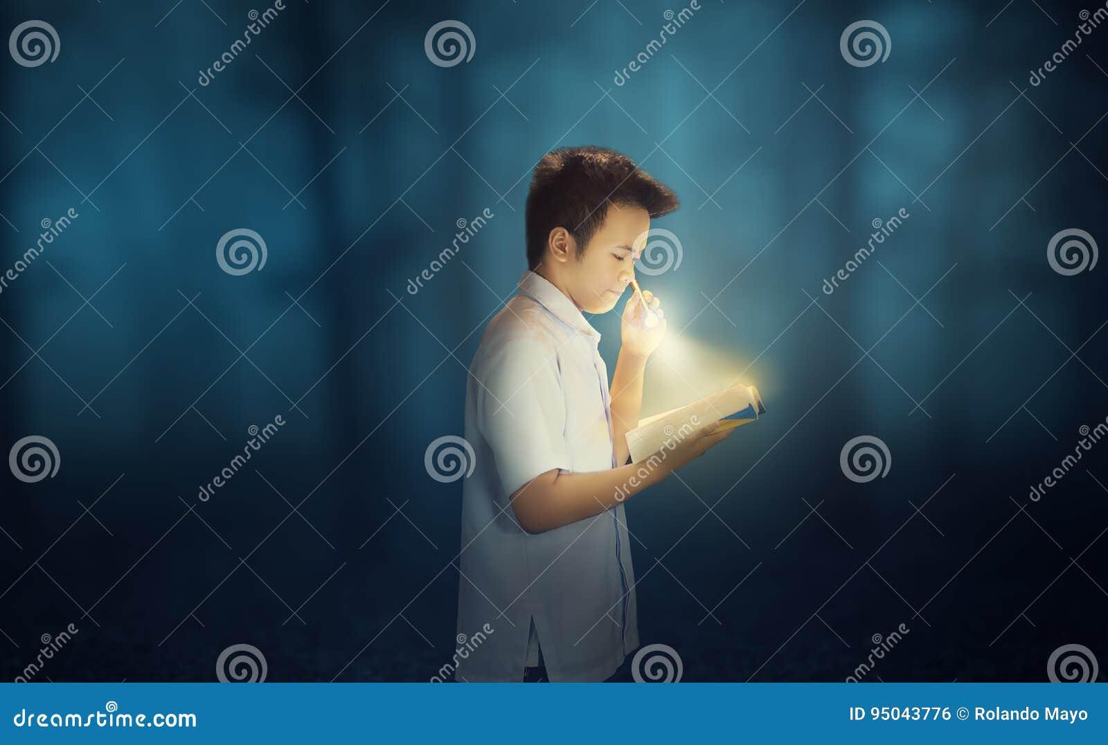 在黑暗的坚持读书与手电