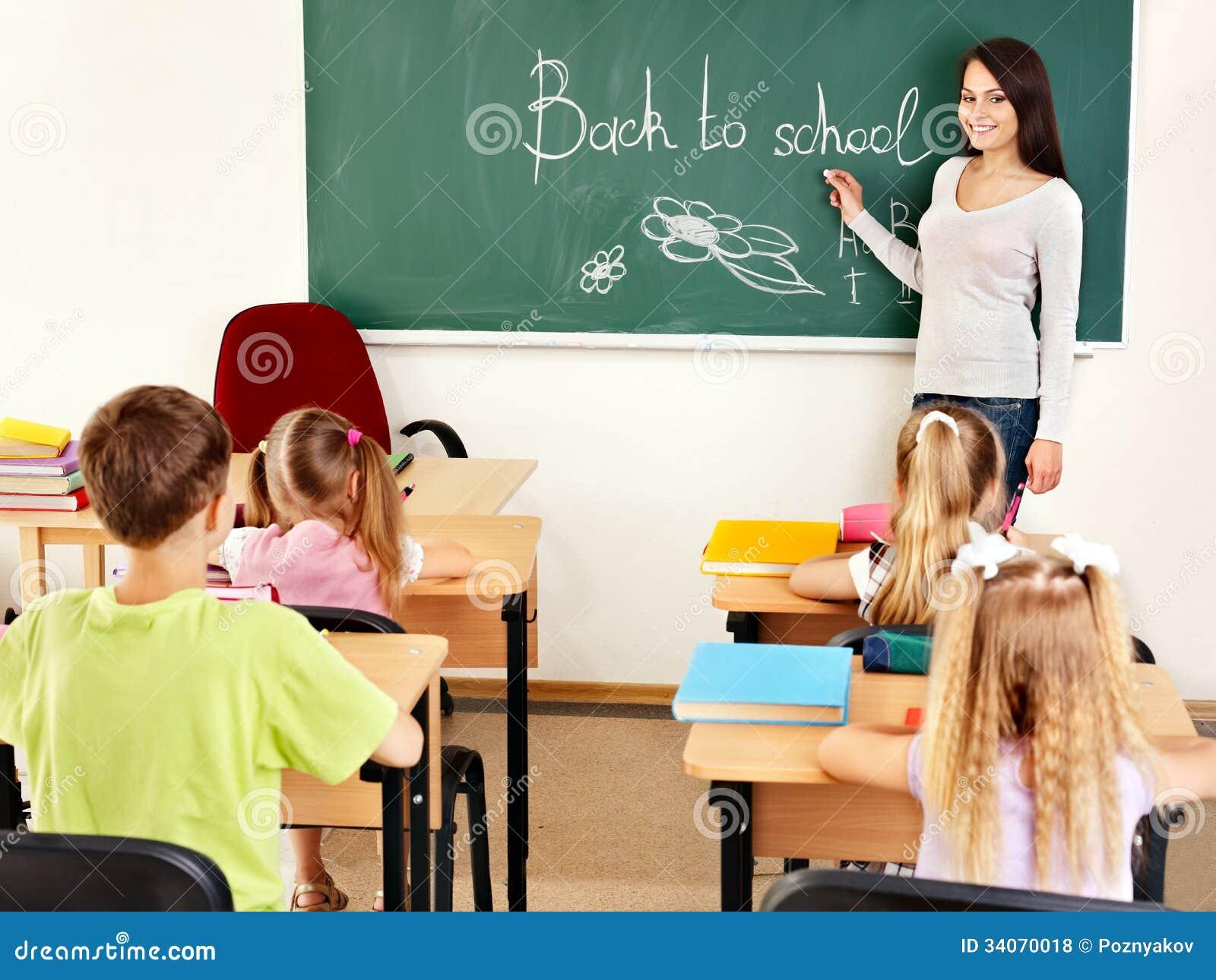 老师暴雨中接力背40名孩子回教室