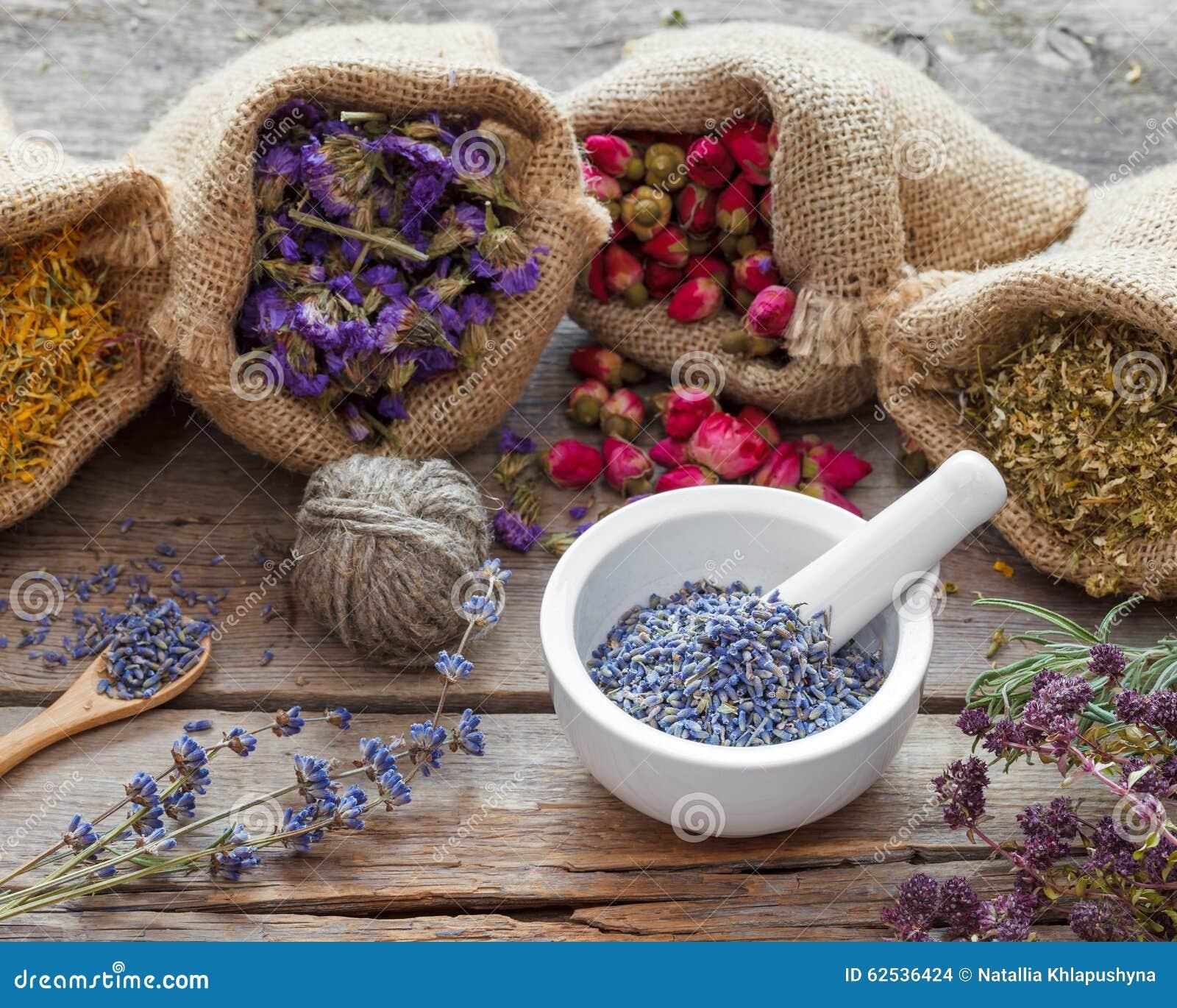 在黑森州的袋子的医治淡紫色草本和灰浆