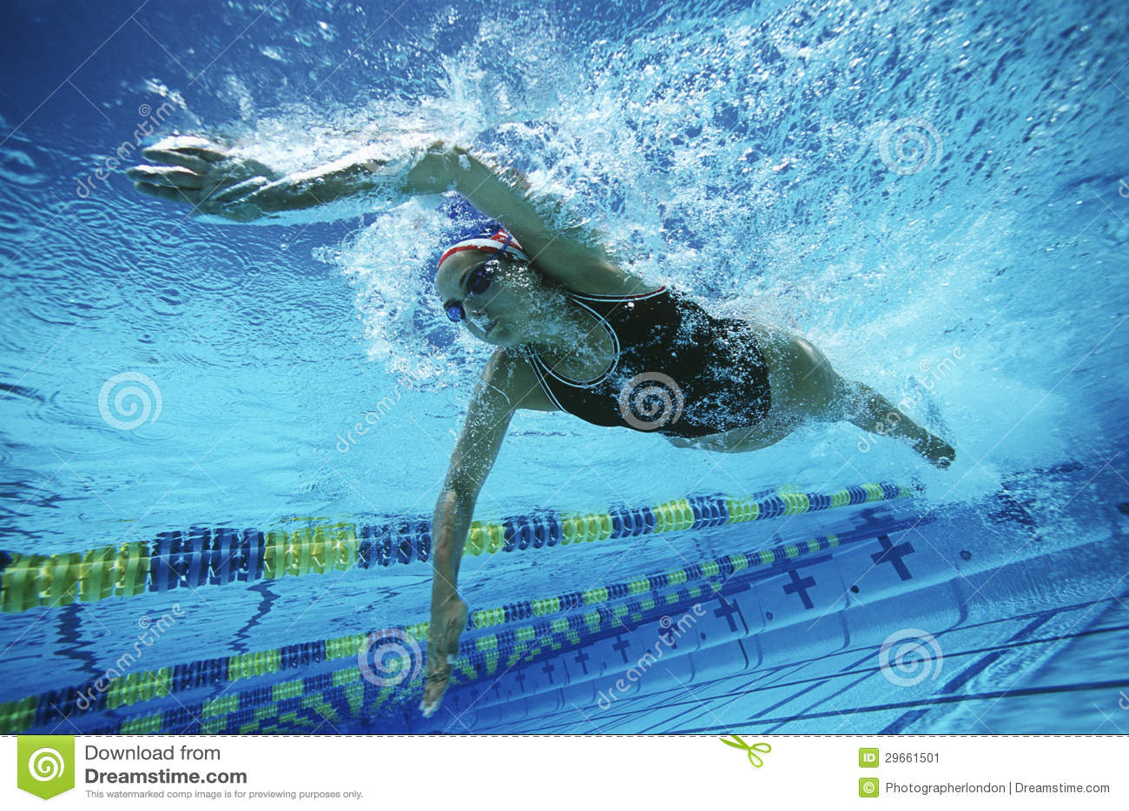 在水池的女性游泳者游泳