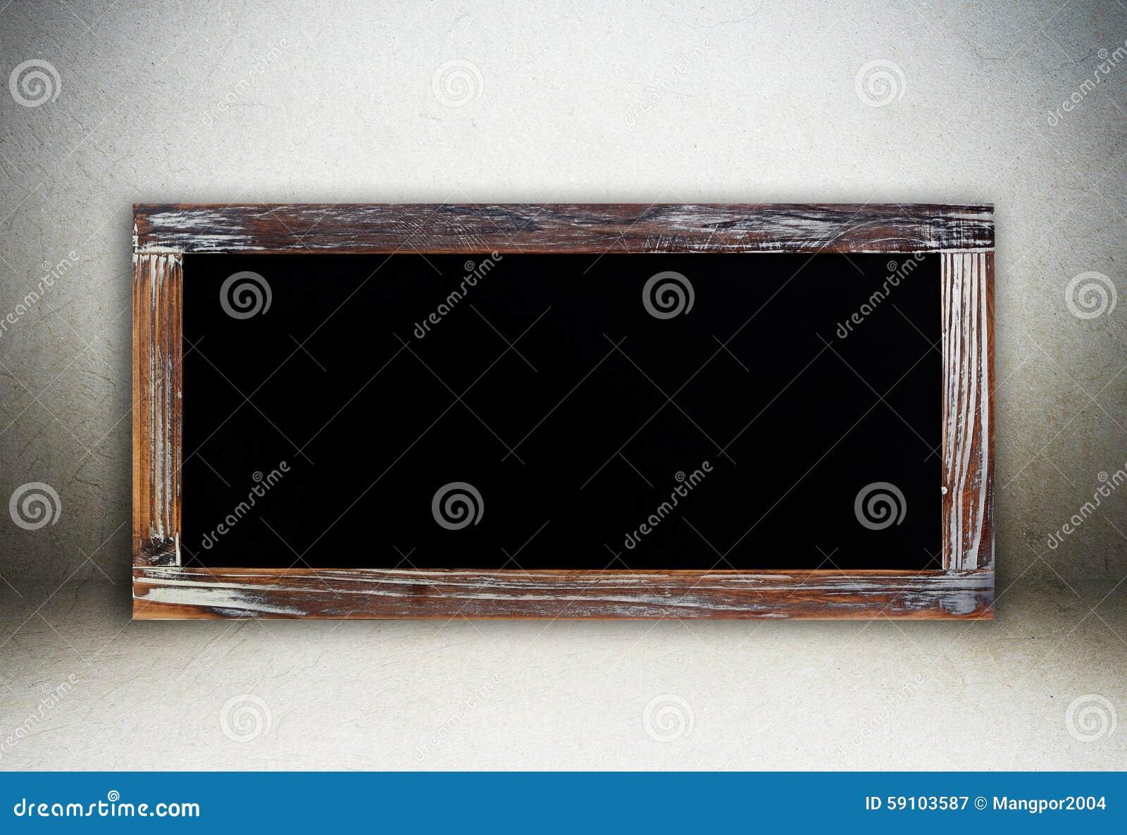 在水泥墙壁背景的空白的葡萄酒粉笔板