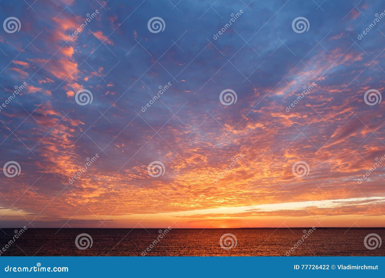 在黑海的惊人的日落 在海运的美好的cloudscape