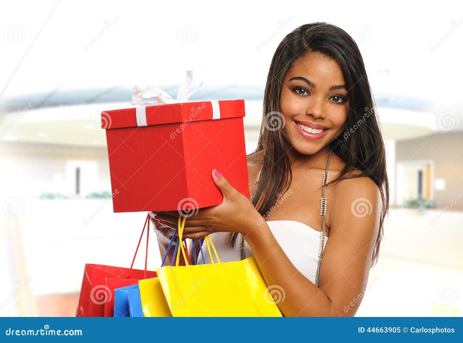在购物中心里面的年轻黑人妇女