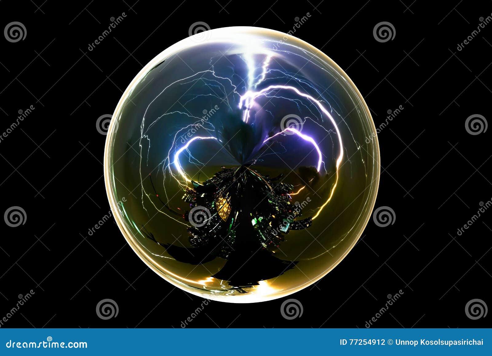 在玻璃球的被隔绝的抽象雷暴雷电在与裁减路线的黑背景