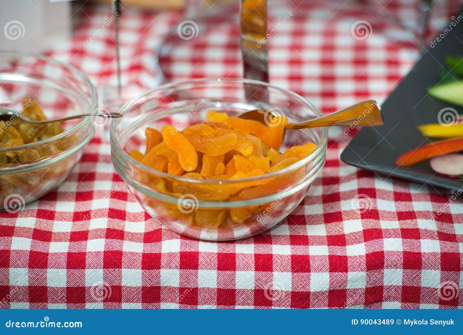 在玻璃盘的杏子 healty的食物