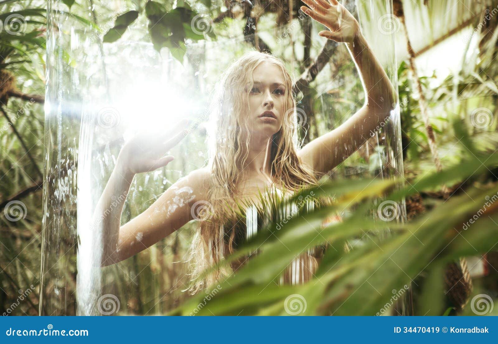 在玻璃笼子的惊奇白肤金发的若虫